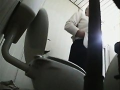 Mature lady with big, hot ass pissing in the toilet